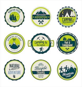 Conjunto de emblemas retrô azul e verde de aventura ao ar livre