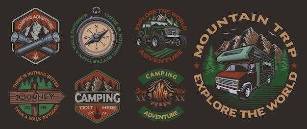 Conjunto de emblemas vintage coloridos para o tema de acampamento no fundo escuro. perfeito para cartazes, roupas, design de camisetas e muitos outros. em camadas
