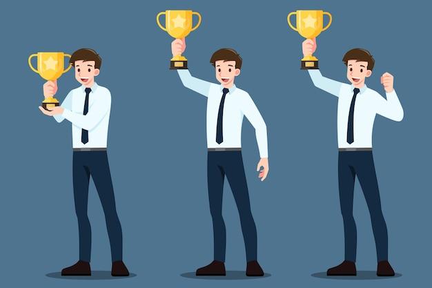 Conjunto de empresário sorridente levanta e segurando uma taça de vencedor do troféu de ouro.