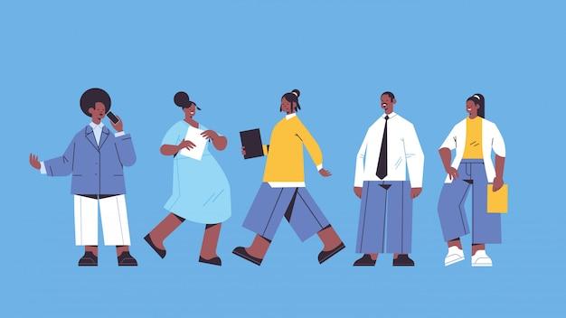 Conjunto de empresários segurando pasta empresários equipe trabalhadores de escritório