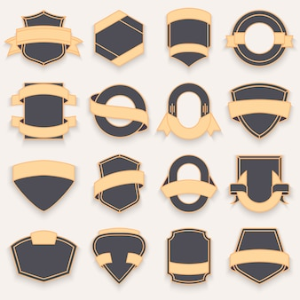 Conjunto de escudos escuros vazios em branco. formas de crachá de escudo.