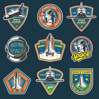 Conjunto de espaço vintage e distintivos de astronauta, emblemas, logotipos e etiquetas. colorido em fundo escuro.