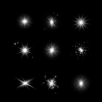 Conjunto de estrelas brilhantes de efeito de luz. explosões com brilhos em fundo escuro e transparente. estrelas transparentes no escuro