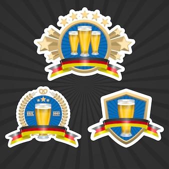 Conjunto de etiquetas com copos cheios de cerveja e fitas decorativas ilustração vetorial