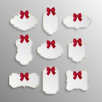 Conjunto de etiquetas elegantes e realistas de papel branco com laços vermelhos