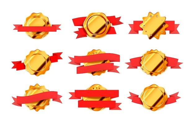 Conjunto de etiquetas retrô ouro brilhantes, emblemas com fitas vermelhas, isoladas no branco