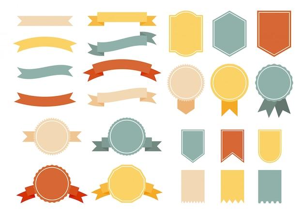 Conjunto de fitas vintage coloridas com distintivos.