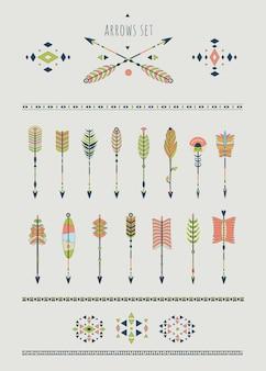 Conjunto de flechas, apanhadores de sonhos, elementos indianos.