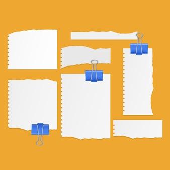 Conjunto de folhas rasgadas de papel rasgado de caderno de cor branca em fundo laranja