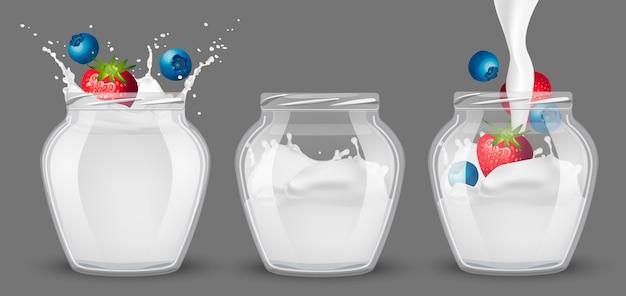 Conjunto de frascos de vidro com iogurte e frutas.