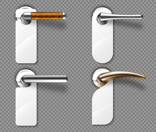Conjunto de ganchos de porta em puxadores de metal e madeira.