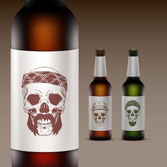 Conjunto de garrafas de cerveja com ilustração no rótulo de caveiras