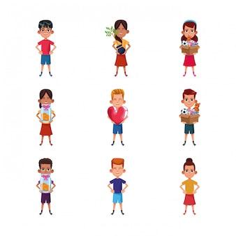 Conjunto de ícones de desenhos animados meninas e meninos segurando animais