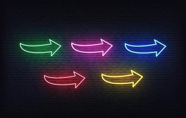 Conjunto de ícones de néon de setas. setas de letreiro coloridas brilhantes