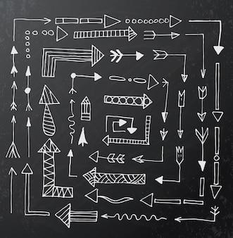 Conjunto de ícones de seta mão desenhada no quadro de giz preto