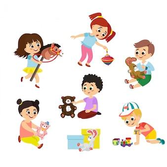 Conjunto de ilustração de crianças brincam com brinquedos. menina, montando um cavalo de madeira, garoto abraçando um ursinho de pelúcia e outros brinquedos em estilo simples dos desenhos animados.