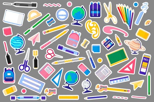 Conjunto de ilustrações de desenhos animados com mochilas e mochilas escolares em fundo branco