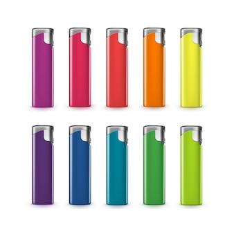 Conjunto de isqueiros de plástico colorido em branco fechar isolado no branco