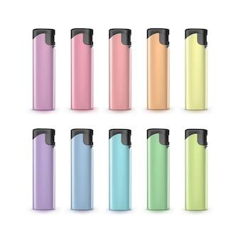 Conjunto de isqueiros de plástico colorido luz em branco fechar isolado no branco