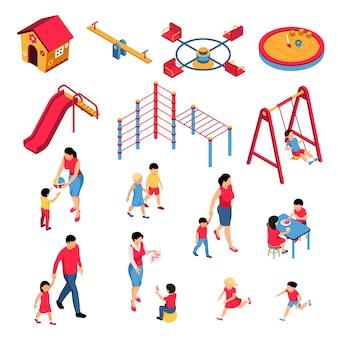Conjunto de jardim de infância isométrica com filhos de educadores pais durante a aprendizagem e comer jogar elementos de solo isolados