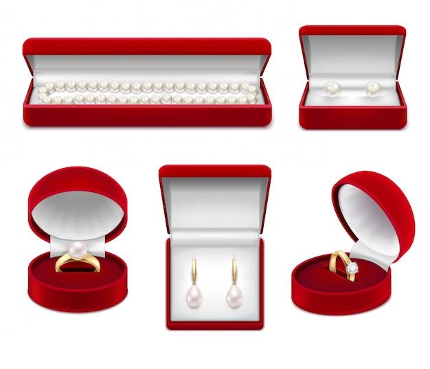 Conjunto de jóias realistas de ouro com pérola e gema em caixas vermelhas isoladas