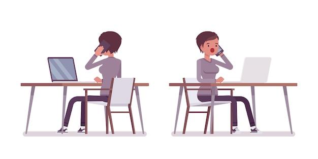 Conjunto de jovem sentado a mesa com o laptop