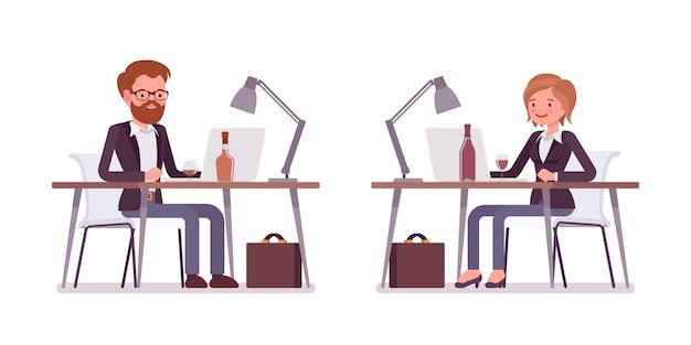 Conjunto de jovens sorrindo sentado e trabalhando gerente masculino e feminino