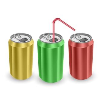 Conjunto de latas de alumínio de cores amarelas, verdes e vermelhas, isoladas no fundo branco.