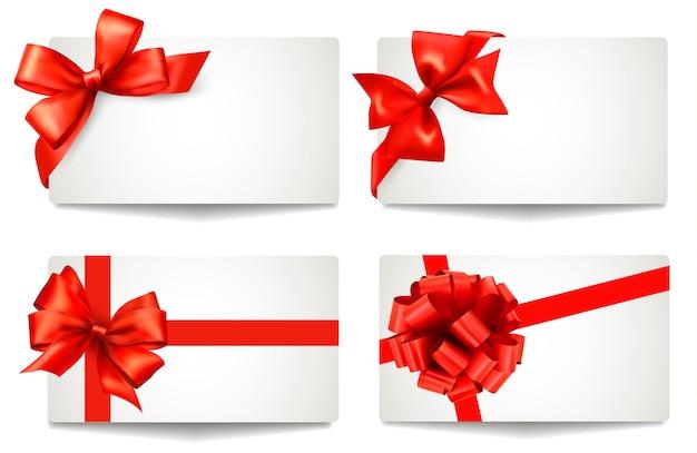 Conjunto de lindos cartões-presente com laços vermelhos com fitas