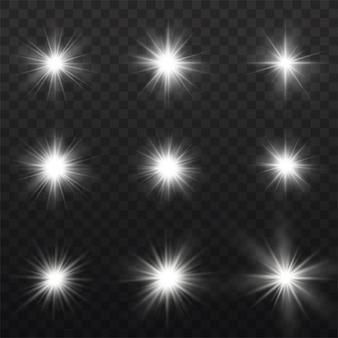 Conjunto de luz branca brilhante estourou em um fundo transparente, brilho estrelas brilhantes, a estrela estourou com brilho, raios de sol branco, efeito de luz, reflexo do sol com raios,