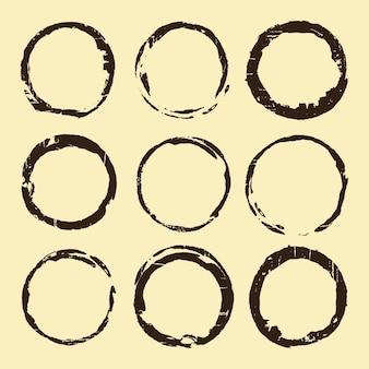 Conjunto de manchas de café. manchas de anel marrom isoladas em fundo bege. ilustração vetorial.