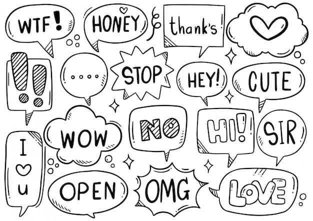 Conjunto de mão desenhada de bolhas do discurso com texto no estilo doodle
