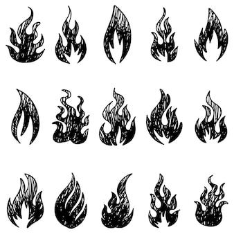 Conjunto de mão desenhada fogo e bola de fogo isolado no fundo branco. ilustração em vetor doodle.