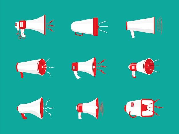 Conjunto de megafones coloridos em design plano. alto-falante, megafone, ícone ou símbolo isolado na cor de fundo. conceito de redes sociais, promoção e publicidade.