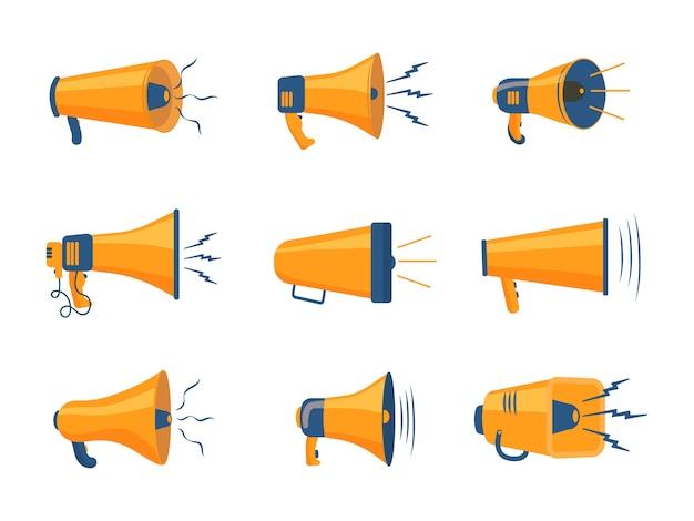 Conjunto de megafones coloridos em design plano. alto-falante, megafone, ícone ou símbolo isolado no fundo branco. conceito para redes sociais, promoção e publicidade.