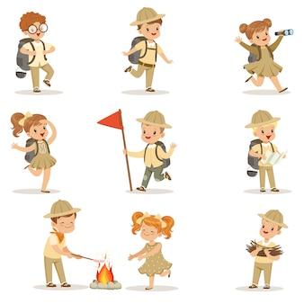 Conjunto de meninas e meninos em fantasias de escoteiro