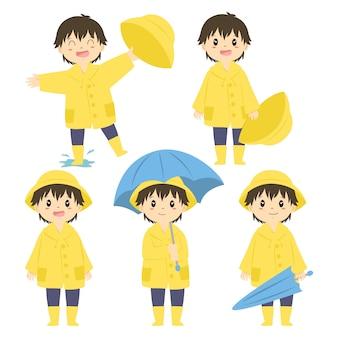 Conjunto de menino bonitinho na capa de chuva amarela
