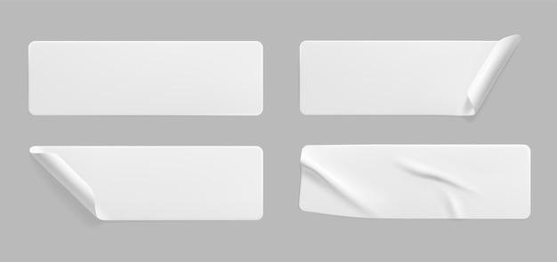Conjunto de modelos de adesivos brancos colados amassados com cantos enrolados