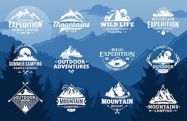 Conjunto de montanha e logotipo de aventuras ao ar livre em fundo de paisagem de montanha.