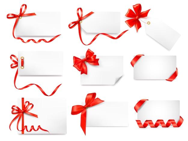 Conjunto de notas de cartão com laços vermelhos de presente com fitas