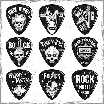 Conjunto de palhetas ou mediadores de guitarra isolado no branco