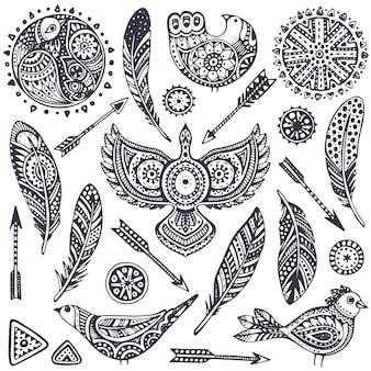 Conjunto de pássaros de elementos étnicos de mão desenhada, penas, flechas.