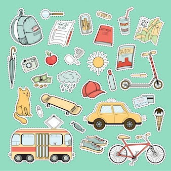 Conjunto de patches coloridos da vida da cidade - mochila, bicicleta, bonde, táxi, skate, mapa, livro, guia e outras necessidades turísticas