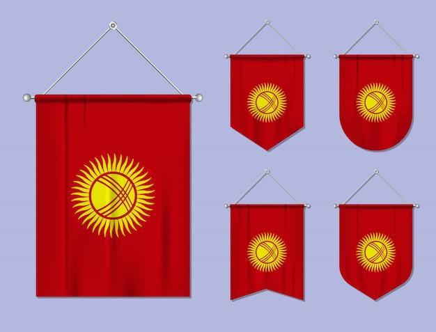 Conjunto de pendurar bandeiras quirguistão com textura têxtil. formas de diversidade do país de bandeira nacional. galhardete de modelo vertical