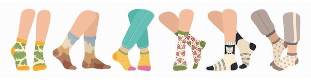 Conjunto de pernas femininas e masculinas usando meias da moda com meia colorida com padrão moderno