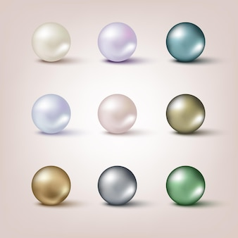 Conjunto de pérolas de cores diferentes isoladas em um fundo claro
