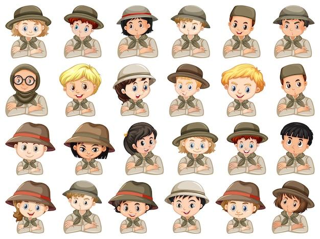 Conjunto de personagens diferentes de garotos e garotas de traje de escoteiro em um fundo branco