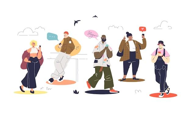 Conjunto de pessoas modernas usando smartphones e mensagens durante a caminhada.