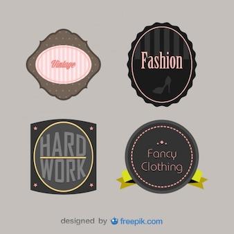 Conjunto de placas de antiguidades sobre roupas