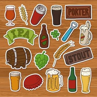 Conjunto de rabiscos de cerveja. mão desenhada ícones de cerveja artesanal em um fundo de madeira